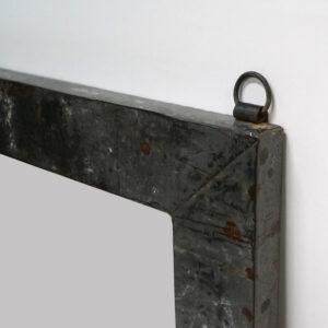 Spejl med rå jernramme