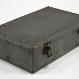 Rå gammel jernboks med låg